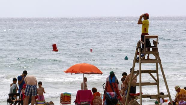 Imagen de archivo de un socorrista en una playa