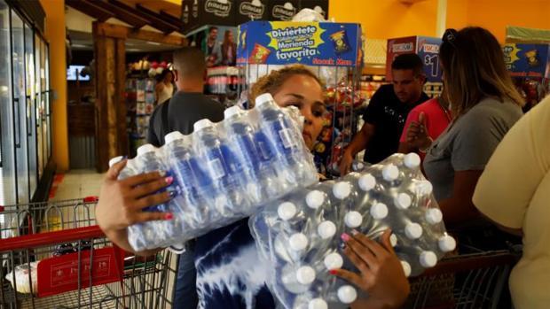 Ciudadanos se abastecen tras declararse la emergencia por el paso de la tormenta Dorian, en Yauco, sur de Puerto Rico