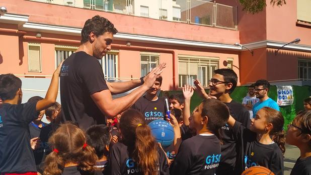 Pau Gasol a la salida de la presentación del Estudio Pasos jugando con los niños y niñas del colegio José Calvo Sotelo