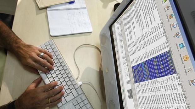 Una persona consulta información desde su ordenador