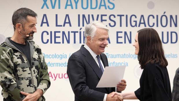 El cirujano Pedro Cavadas, junto al presidente de la Mutua Madrileña, Ignacio Garralda, en la entrega de una de las ayudas que concede la institución para investigar en nuevas terapias