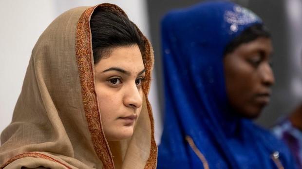 En primer plano, la activista paquistaní Hadiqa Bashir; al fondo, Kadiatu Massaquoi
