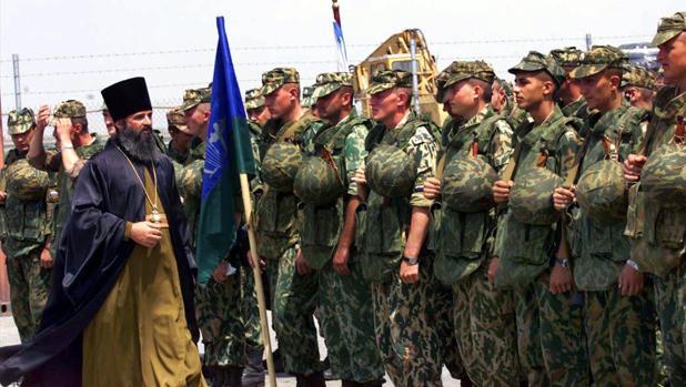 Un sacerdote ruso bendice a un batallón