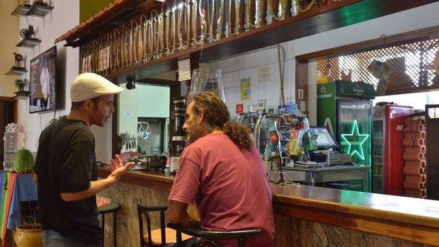 Dos hombres en la barra de un bar del municipio de La Frontera