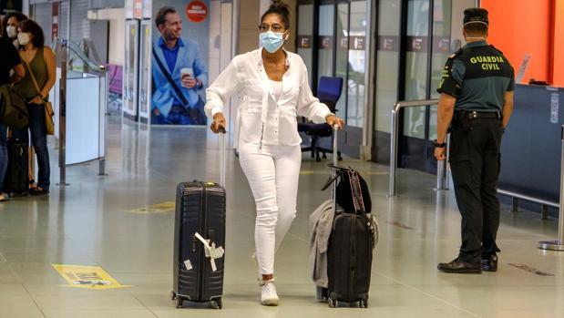 Llegada de los primeros turistas procedentes de Düsseldorf (Alemania) al aeropuerto de Ibiza este miércoles