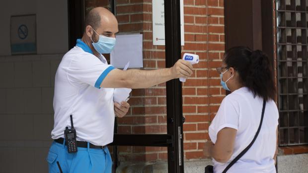 Fotografía de archivo de una mujer a la que le miden la temperatura a la entrada del Centro de Salud Los Ángeles en el madrileño barrio de Villaverde