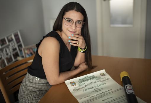 Janesca Sánchez posa ayer en Madrid con su título de Medicina en Venezuela