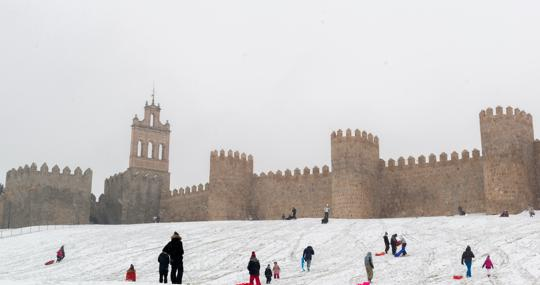 Dozens of people enjoy the snow, yesterday in Ávila