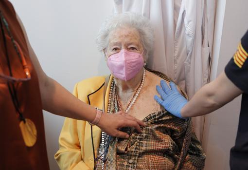 Una mutualista recibe la vacuna, ayer, en Zaragoza