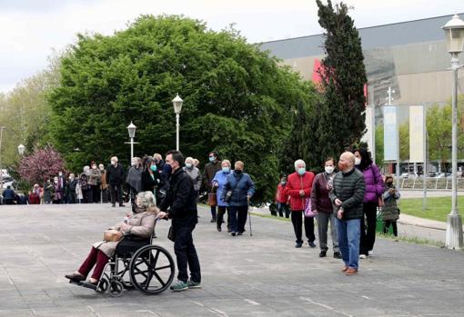 Many people queue to get vaccinated against Covid 19 at the vaccination center installed in the Palacio de Deportes de Gijón