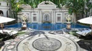 La piscina está bañada en oro de 24 quilates. En el suelo de la entrada plasmó la cabeza de medusa
