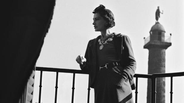 Coco Chanel en el balcón de su suite del Hotel Ritz
