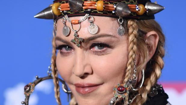 Madonna en la gala de los MTV Music Video Awards, cargada con sus accesorios