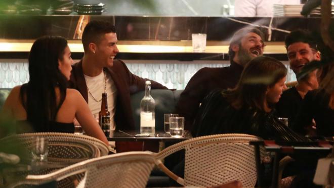 Cristiano Ronaldo y Georgina con amigos durante una de sus cenas en Londres