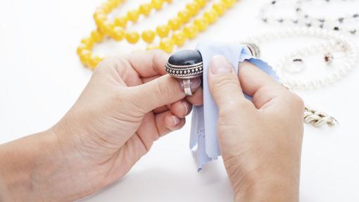 Hay que limpiar a menudo a la joya con un paño adecuado o con agua, jabón y un cepillo.