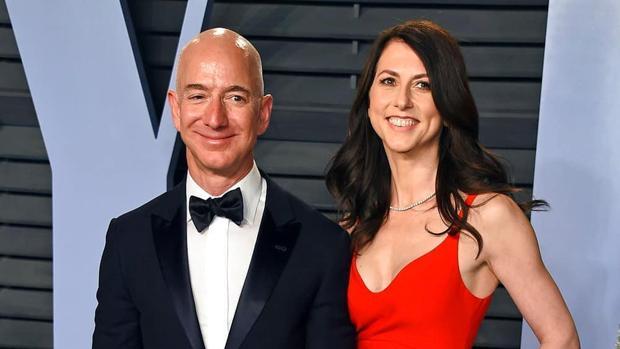 Jeff Bezos junto a su todavía mujer MacKenzie Bezos