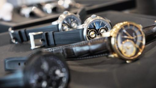 Los expertos examinan cada detalle del reloj