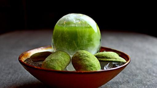 Esfera helada con jugo de almendruco y naranja de Pakta