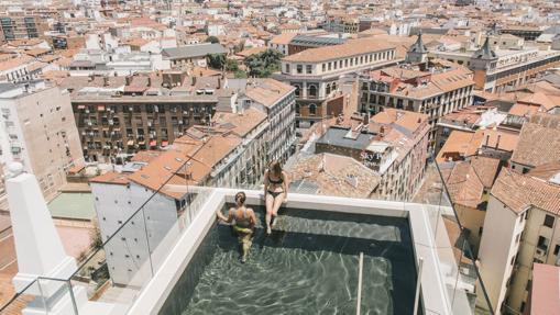 La piscina de la terraza de Dear Hotel