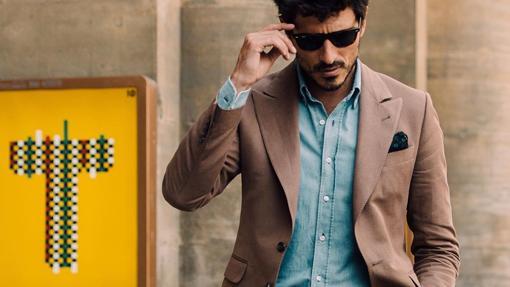 Traje sin corbata como etiqueta más utilizada