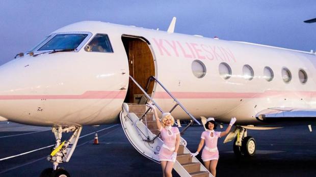 Kylie Jenner, su hija Stormie y un grupo de amigas en su jet ptivado