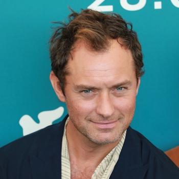 Jude Law apuesta por un peinado informal para disimular las entradas y la pérdida de densidad de su cabello.