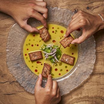 Ceviche de ventresca de atún con emulsión de chile jalapeño, majado de hierbas y aceite de chile guajillo