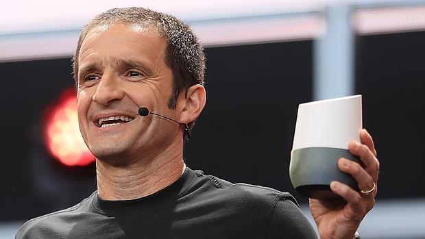 Mario Queiroz, vicepresidente de producto de Google, muestra el dispositivo Google Home