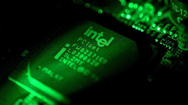 Fotografía en primer plano que muestra una placa de un ordenador en un ordenador Intel