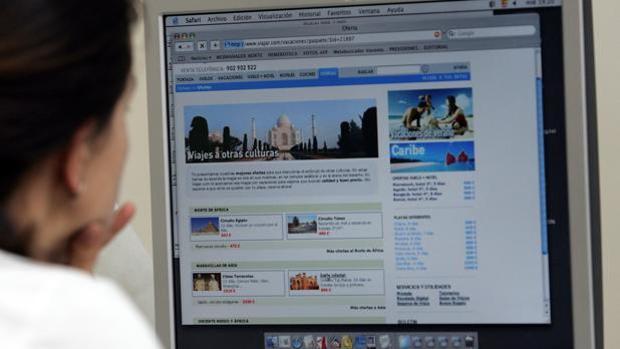 Una internauta consulta una web de viajes