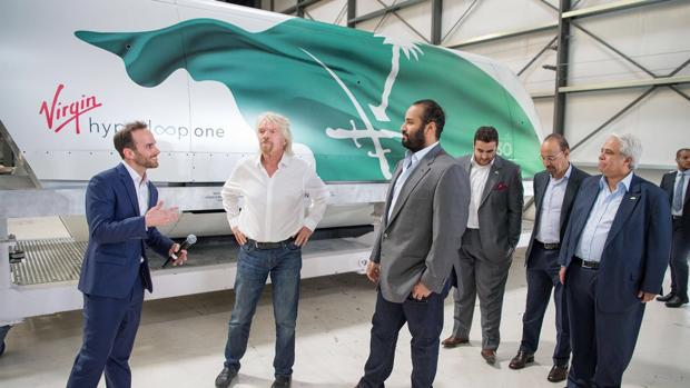 Josh Giegel, CTO de Virgin Hyperloop One, junto a