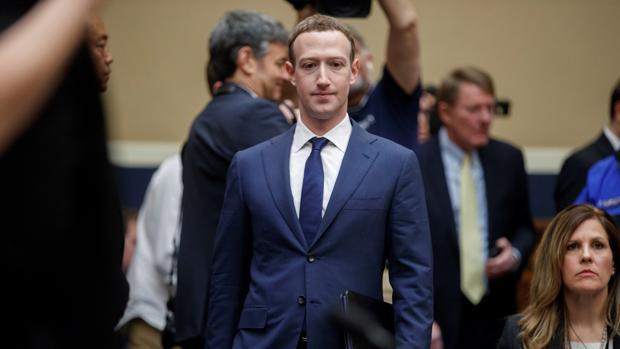 Mark Zuckerberg, fundador de Facebook, durante su comparecencia ante el Comité del Congreso de Energía y Comercio sobre «Transparencia y el uso de información del usuario», en el Capitolio de Washington