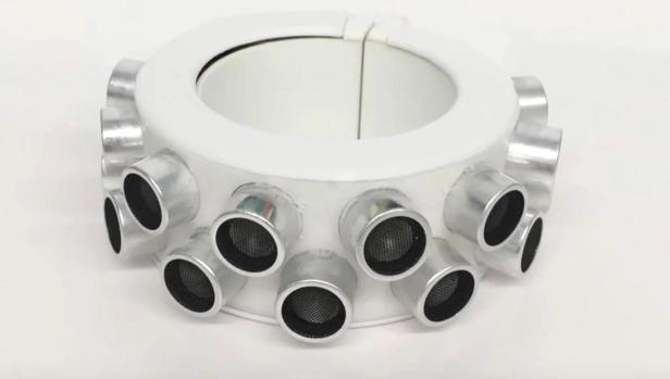Este brazalete impide que los micrófonos de smartphones y altavoces inteligentes te espíen