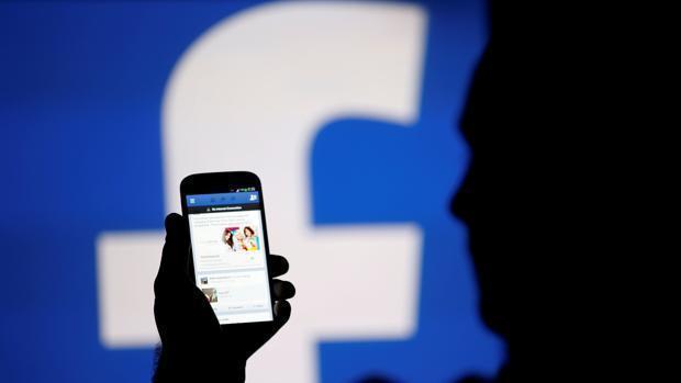 El peligroso truco de los ciberdelincuentes para infectar tu dispositivo suplantando a Facebook