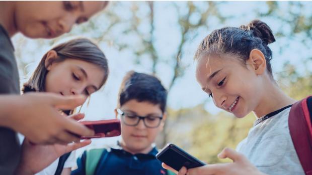 La adicción es solo uno de los peligros de los móviles para niños