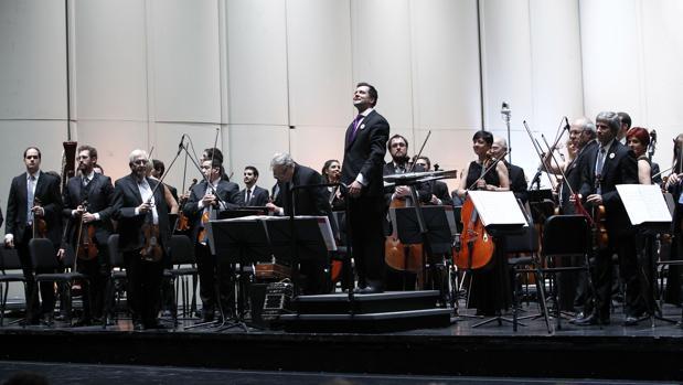 La Orquesta Sinfónica de Uruguay, durante la gala por los cien años del estreno de La Cumparsita, el popular tango compuesto por el uruguayo Gerardo Matos Rodríguez