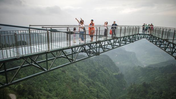 Pasarela de cristal inaugurada en Wansheng, en China