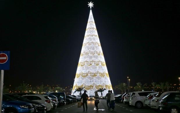 El árbol de Navidad más grande de Europa y el segundo del mundo, de 56 metros, en Granada