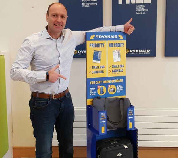 Reactor Conciliador Fiesta  El fin de la «trolley» gratis en la cabina de los aviones: Ryanair empieza  a cobrar