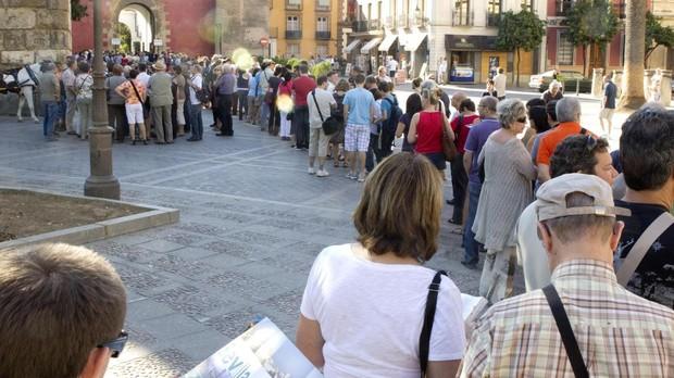 Turistas hacen cola en el Alcázar de Sevilla