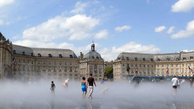 El Espejo del agua de Burdeos se sitúa frente a la plaza de la Bolsa