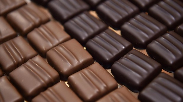 Piezas de chocolate con leche y negro en una edición del Salon du Chocolat celebrado en Paris
