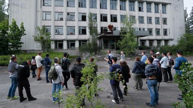 Varias personas realiza una visita guiada a la ciudad abandonada de Pryryat, cercana a Chernobyl