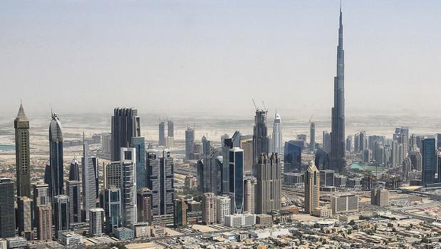 Silueta de Dubái dominada por el Burj Khalifa