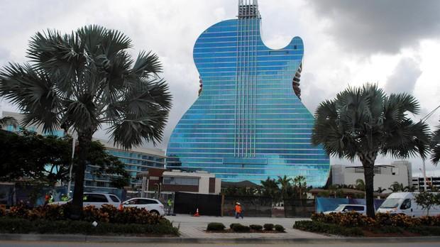 El grupo Hard Rock última la fase final del Hotel Guitarra, un impresionante complejo hotelero en Fort Lauderdale (Florida, EEUU)