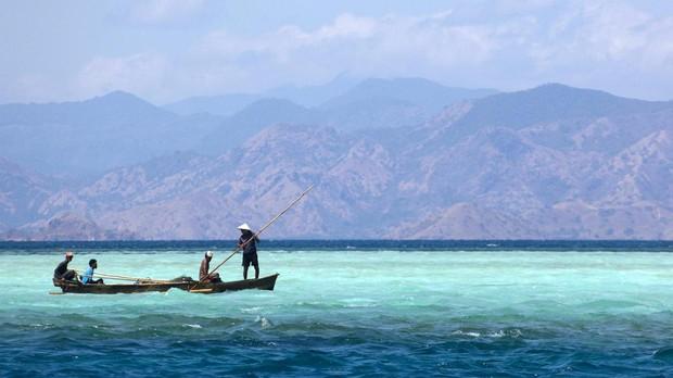 Pescadores en la isla Rinca, en el Parque Nacional Komodo, Indonesia