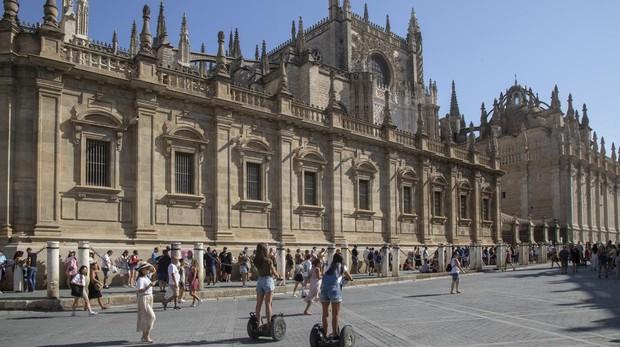 Largas colas para visitar la catedral de Sevilla este verano