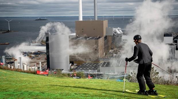 Pista de esquí sobre el centro de tratamiento de residuos de Copenhill