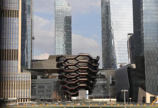 La gran escultura, la pieza central de los jardines de Hudson Yards y diseñada por el arquitecto británico Thomas Heatherwick, está formada por más de 2.500 peldaños distribuidos en 154 tramos de escaleras
