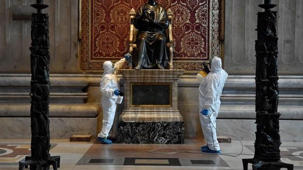 Limpieza de la estatua de San Pedro
